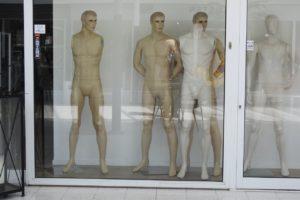 Letpåklædte mænd og kvinder i HadstenCentret