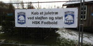 HSK-fodbold sælger juletræer foran Sløjfen