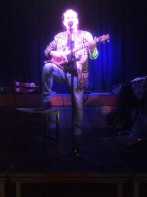 Irsk troubadour spiller på håndbygget Ulstrup-guitar