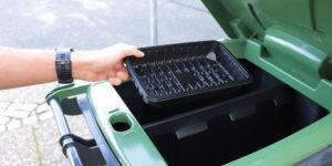 Nu må sort plast komme i genbrugsbeholderen