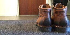 Man stiller da skoene udenfor døren - eller hvad