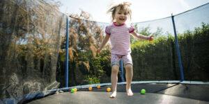 Nu må børn ikke længere hoppe på trampolin for tæt på naboen