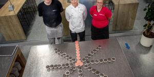 DjH sælger kage til fordel for Knæk Cancer 2021